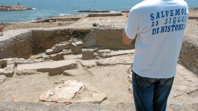 Un vecino con una camiseta reivindicativa en Baria.