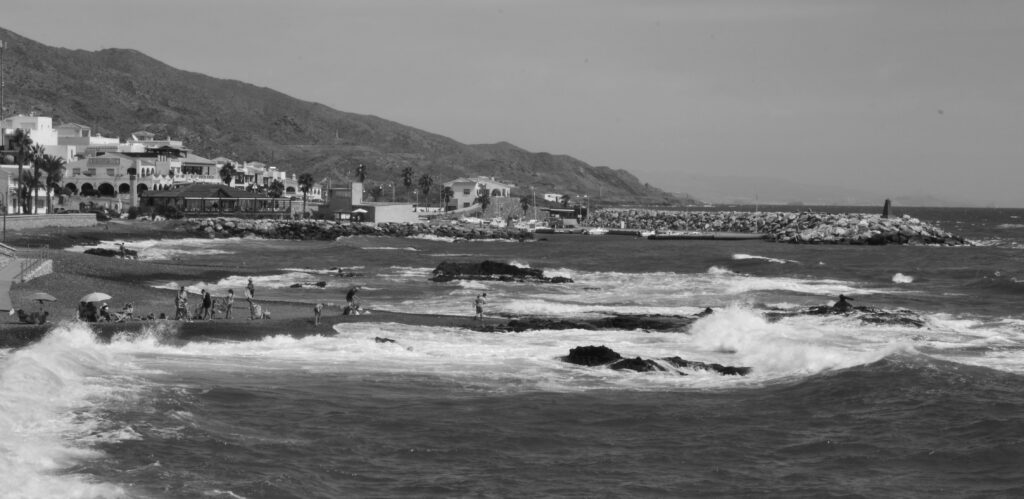 Playas y paseo marítimo de Villaricos en Blanco y Negro
