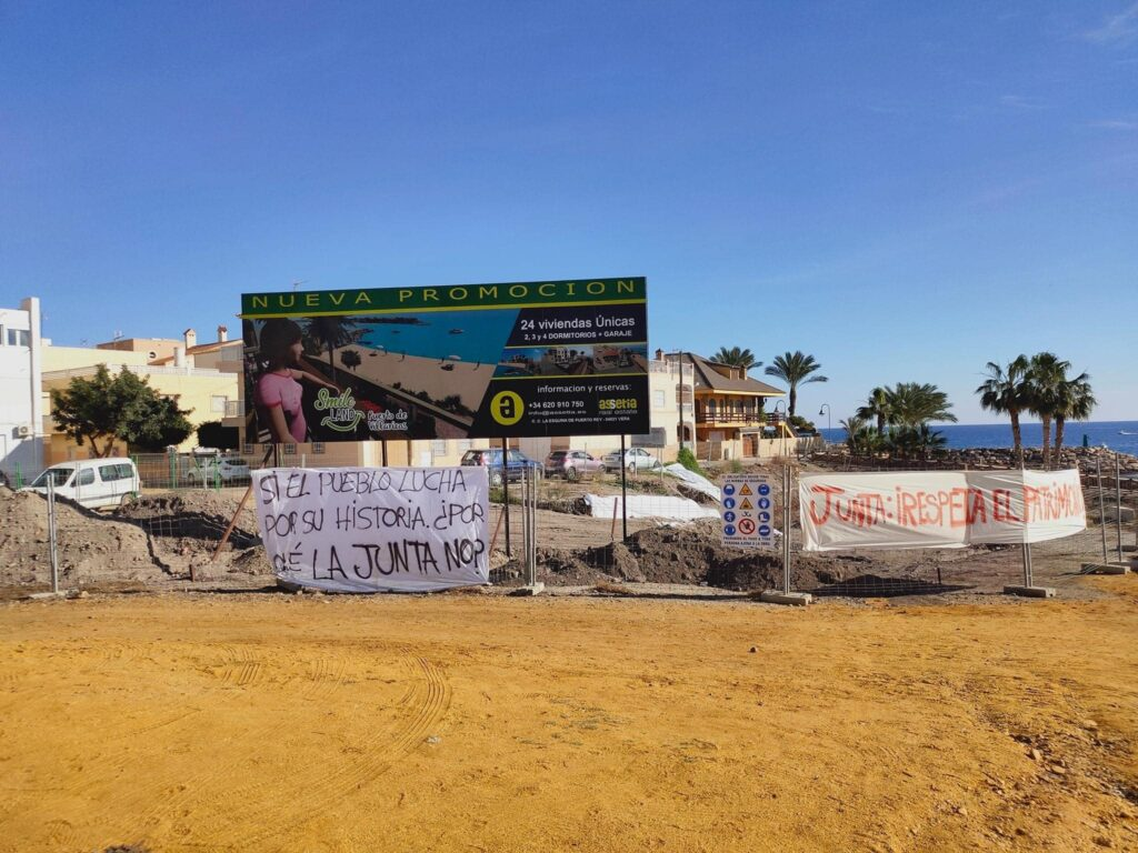 Cartel de la promoción de viviendas que pretenden construir sobre una parte de Baria